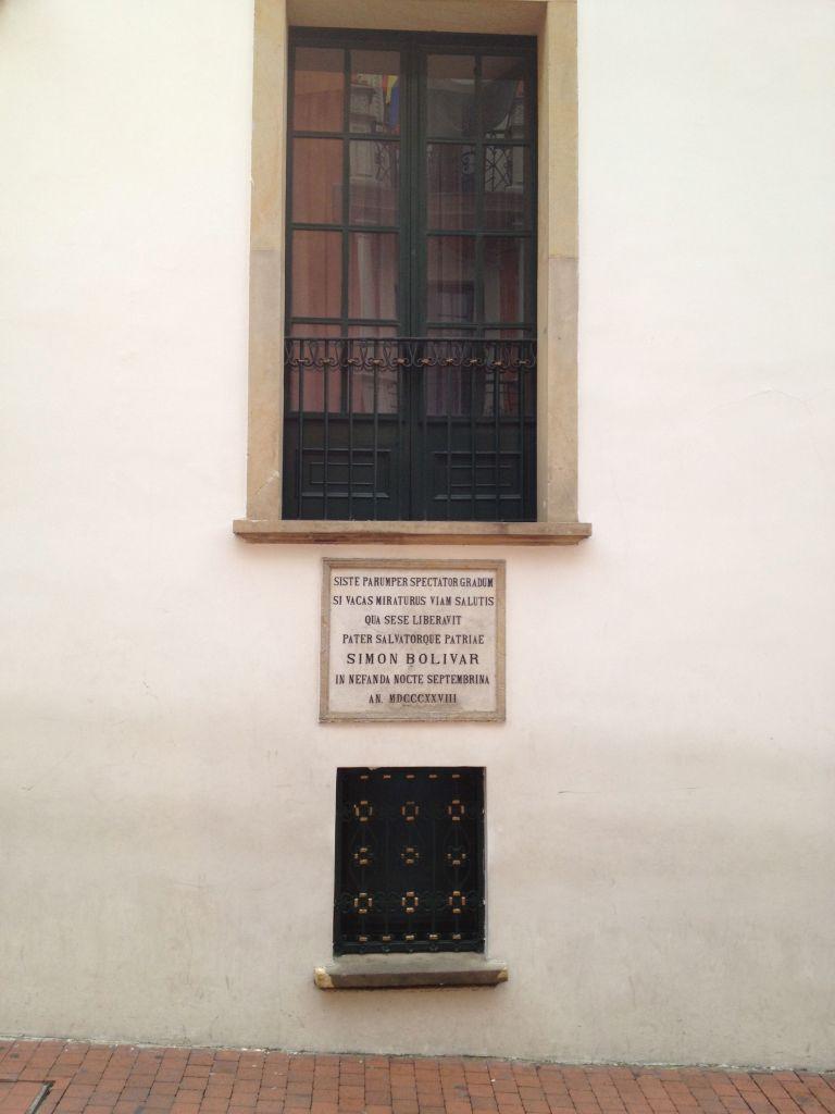 Aus diesem Fenster floh der Nationalheld Simon Bolívar als ein Mordanschlag auf ihn verübt wurde
