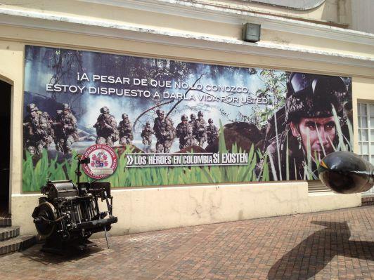 Im Vordergrund eine Heidelberger Druckmaschine, im Hintergrund Werbung für das Militär