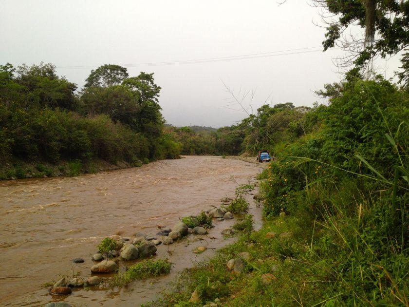 Die Piste im Flussbett ist überschwemmt