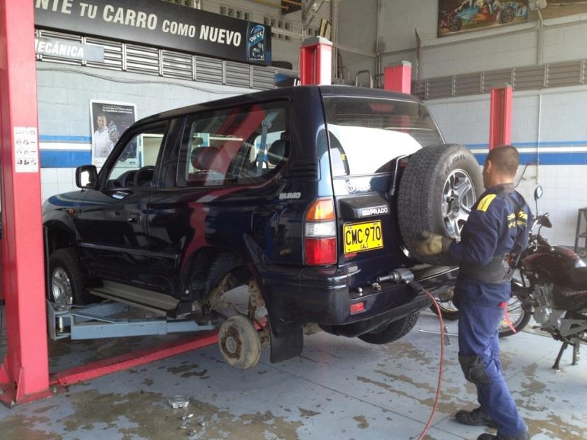 Unser Wagen bekommt zwei neue (echt neue!) All Terrain Reifen verpasst.