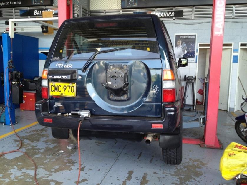 Neue Reifen und Spurvermessung beim Toyota Prado Sumo.