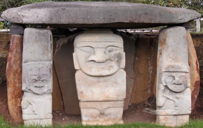 3 typische Statuen (Wächter?) vor einem Steingrab