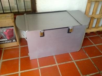 Diese schwere Metallkiste habe ich mir extra bauen lassen. Genau an den Kofferraum angepasst.